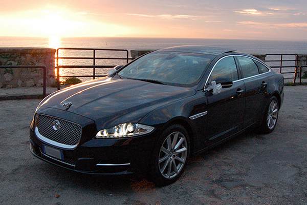 Una auto per matrimoni dalla raffinatezza nobile, la affascinante Jaguar XJ