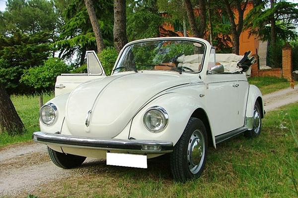 Per dare un tocco di eleganza vintage e stile unico alle nozze, l'auto perfetta è il Maggiolone Cabrio