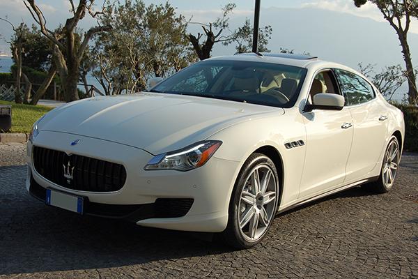 Auto per sposi che sintetizza vocazione sportiva ed eleganza da ammiraglia, la Maserati Quattroporte bianca