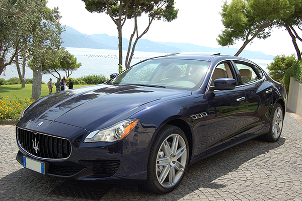 Una delle più ambite auto per sposi, a Napoli ed in Campania, la bellissima Maserati Quattroporte in blu