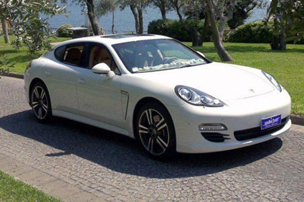 Una auto per cerimonie di matrimonio principesche, la Porsche Panamera bianca