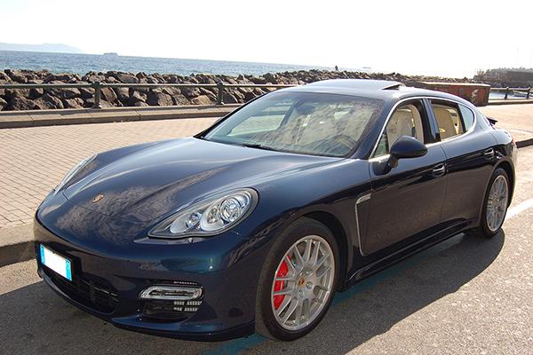 Una auto per matrimoni di grande eleganza, la Porsche Panamera Blu