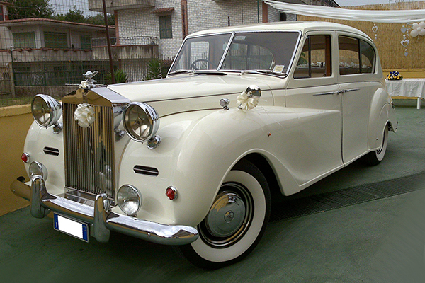 Una Rolls Royce Princess, una auto perfetta per cerimonie magnificenti e lussuose