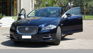 Auto Sposi Napoli | Jaguar XJ | Una auto elegante per cerimonie dal lusso nobile
