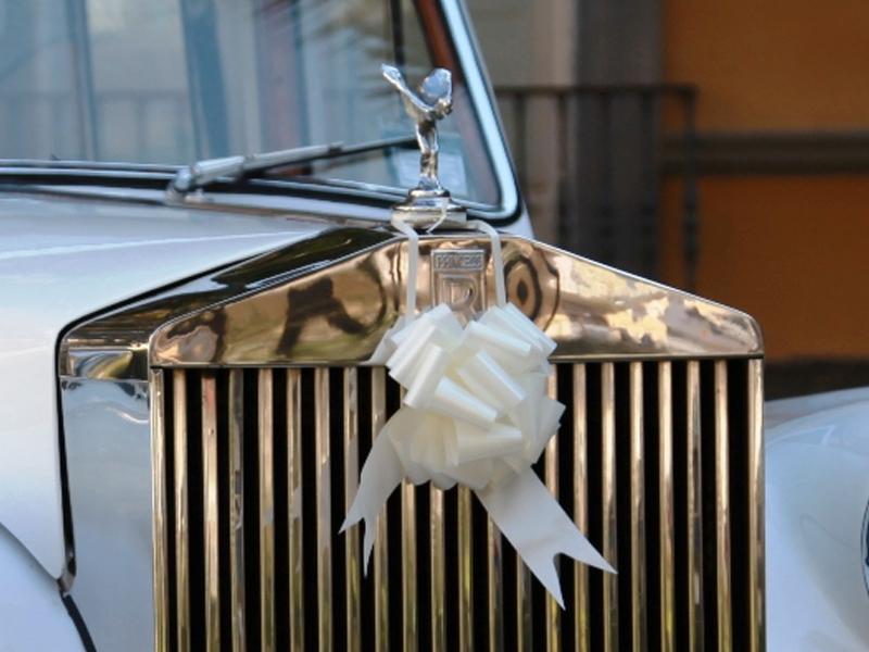 Auto sposi Napoli | La statua Spirit of Ecstasy sul cofano di una nostra Rolls Royce, in noleggio per cerimonie a Napoli