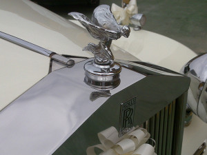 Auto sposi Napoli, noleggio per cerimonie | Una Rolls-Royce da matrimonio e la sua statuetta iconica