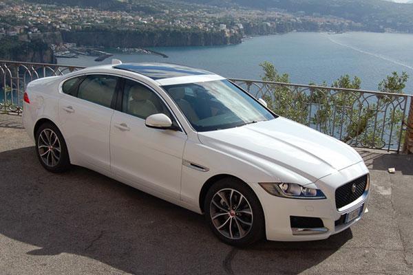 Una splendida auto per il matrimonio, la nuova Jaguar XF bianca