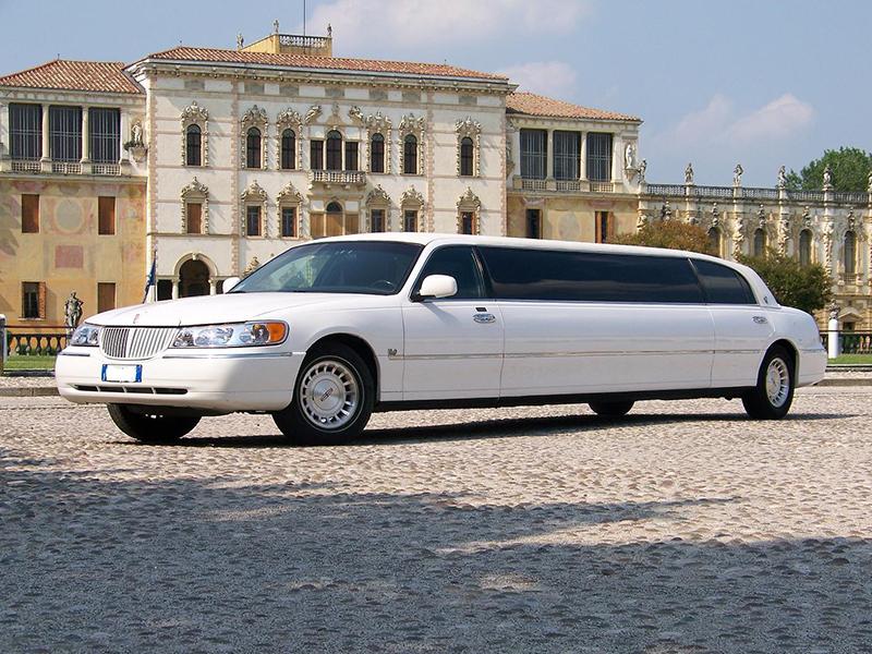 Limousine per sposi Napoli | La Lincoln limousine, noleggiata da Auto Matrimonio Napoli