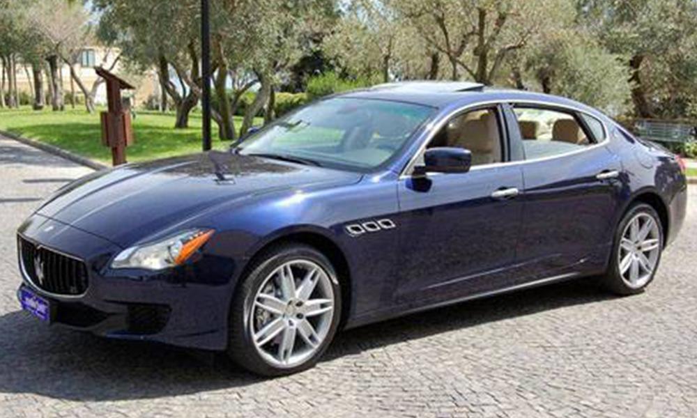auto-sposi-Napoli_Maserati-QuattroPorte-blu_noleggio-cerimonie