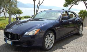 auto-sposi-Napoli_Maserati-QuattroPorte-blu_noleggio-matrimonio