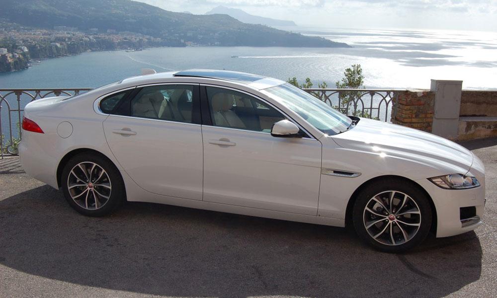 auto-sposi-Napoli_Jaguar-XF-bianca_noleggio-cerimonie