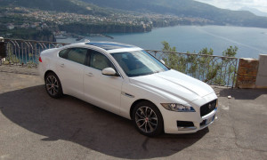auto-sposi-Napoli_Jaguar-XF-bianca_noleggio-matrimonio